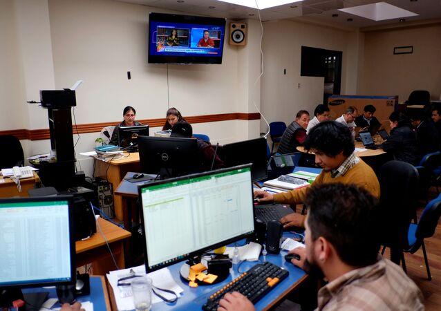 Varios funcionarios trabajan en el centro de computo electoral