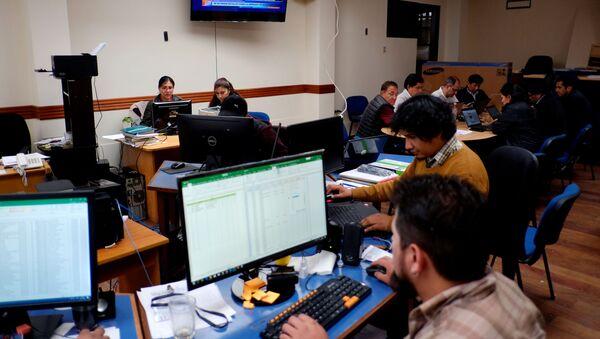 Varios funcionarios trabajan en el centro de computo electoral  - Sputnik Mundo
