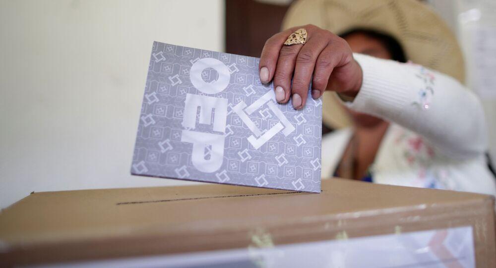 Una persona deposita su voto en las urnas en las elecciones generales en Bolivia