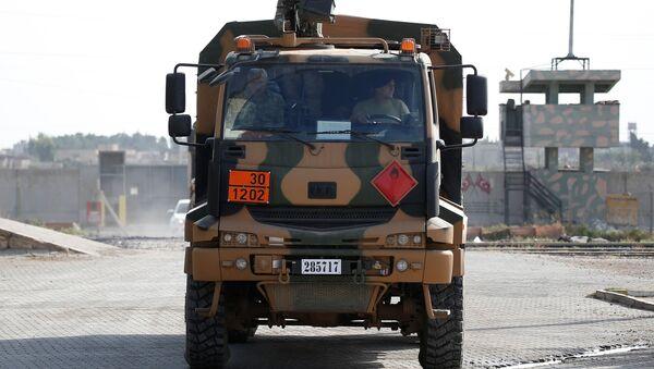 Un vehículo militar turco en la frontera turco-siria - Sputnik Mundo