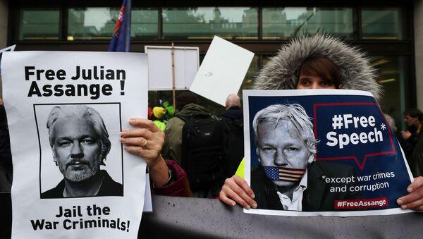 Partidarios de Assange protestan cerca de la corte de Magistrados de Westminster  - Sputnik Mundo
