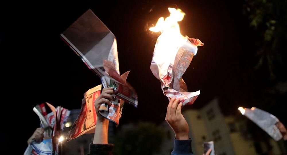 Los partidarios del candidato presidencial boliviano Carlos Mesa queman papeletas durante una protesta en La Paz, Bolivia