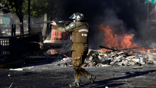 Security forces clash with demonstrators during a protest against high living costs, in Concepcion, Chile - Sputnik Mundo