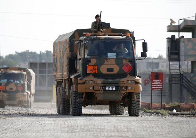 Camiones militares turcos en la frontera turco-siria