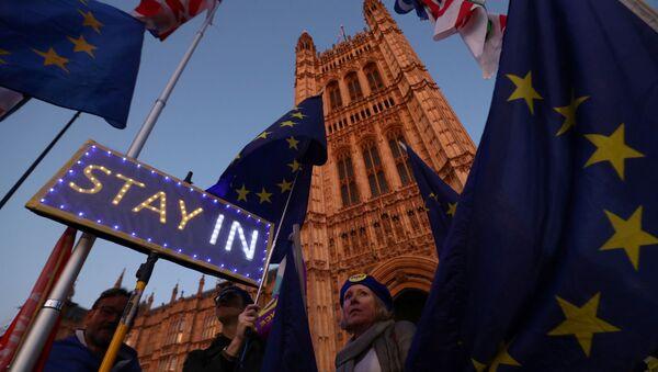 Protestas contra el Brexit cerca del Parlamento británico en el Reino Unido - Sputnik Mundo