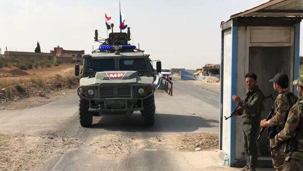 Un vehículo de la Policía militar rusa cerca de Manbij - Sputnik Mundo