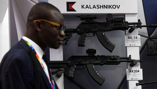 Una exposición del Kaláshnikov en la cumbre Rusia-África - Sputnik Mundo