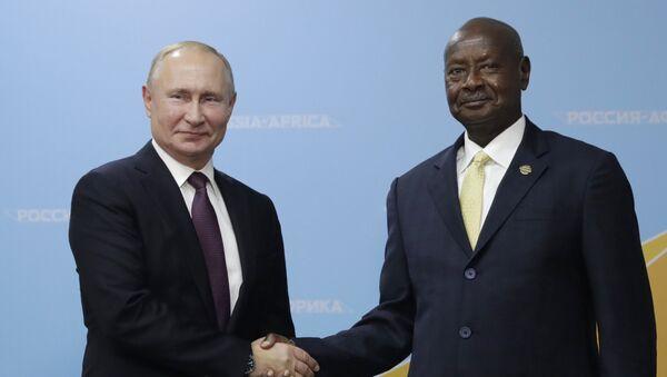 El presidente ruso, Vladímir Putin, con su homólogo ugandés, Yoweri Museveni - Sputnik Mundo