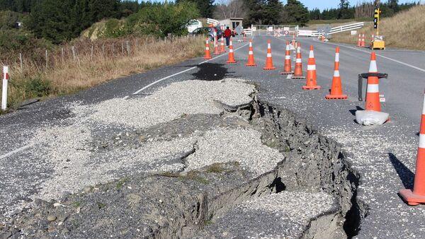Una ruptura en la carretera tras un sismo - Sputnik Mundo