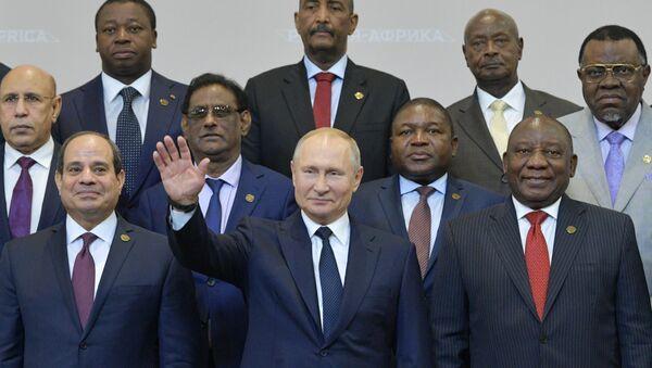 El presidente de Rusia, Vladímir Putin, junto a los líderes de varios países de África, durante el Foro Rusia-África (archivo) - Sputnik Mundo