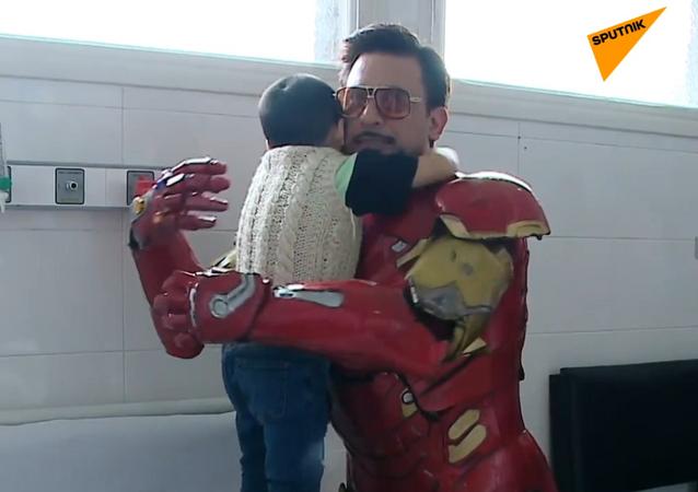 Este argentino tiene un superpoder: traer alegría a los niños enfermos