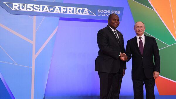 El presidente de la República Centroafricana, Faustin-Archange Touadéra junto al presidente de Rusia, Vladímir Putin - Sputnik Mundo