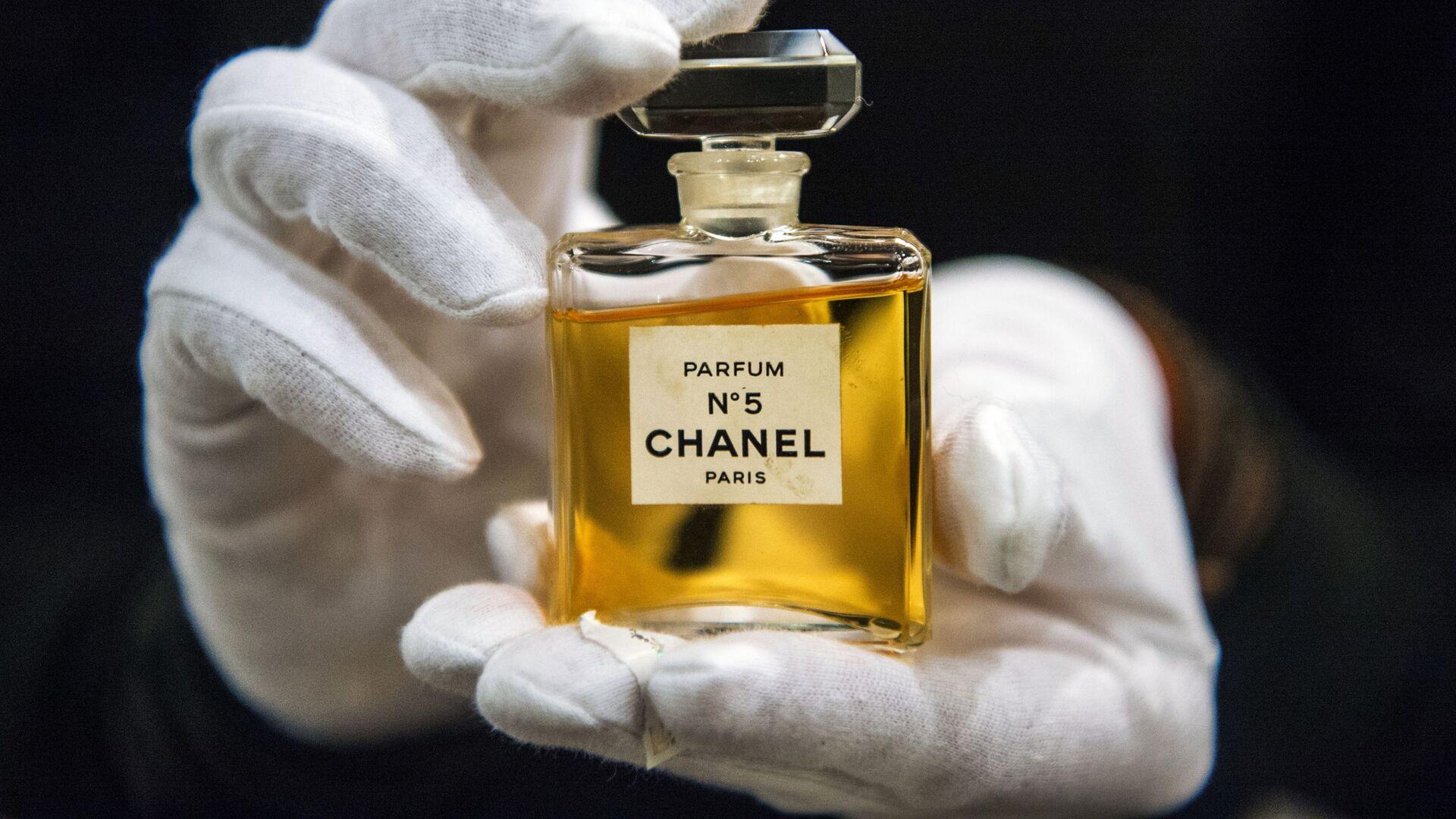 Флакон духов Chanel № 5 на выставке I love Chanel. Частные коллекции в МВЦ Музей Моды в Москве - Sputnik Mundo, 1920, 05.05.2021