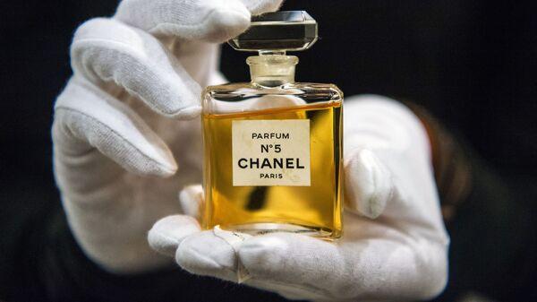 Флакон духов Chanel № 5 на выставке I love Chanel. Частные коллекции в МВЦ Музей Моды в Москве - Sputnik Mundo