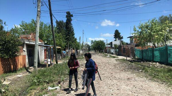El barrio Nicole, en el distrito La Matanza, provincia de Buenos Aires, es uno más. No hay asfalto ni servicios públicos salvo una precaria instalación eléctrica. - Sputnik Mundo