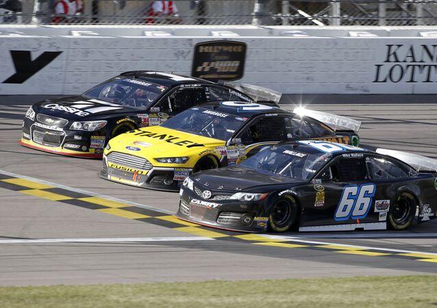 Bólidos participando en una carrera de la NASCAR