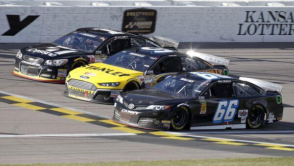 Bólidos participando en una carrera de la NASCAR - Sputnik Mundo