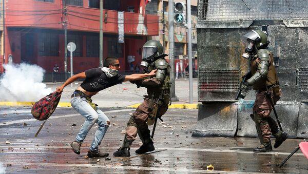 Militares reprimen manifestantes en Valparaíso, Chile - Sputnik Mundo