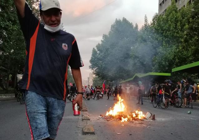 Fuego y humo llenan las calles de Santiago de Chile en protestas