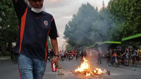 Fuego y humo llenan las calles de Santiago de Chile en protestas - Sputnik Mundo