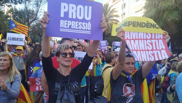 Manifestantes en las calles de Barcelona - Sputnik Mundo