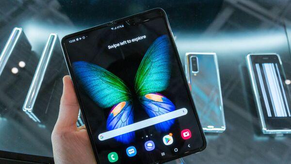 Un teléfono inteligente Samsung Galaxy Fold - Sputnik Mundo