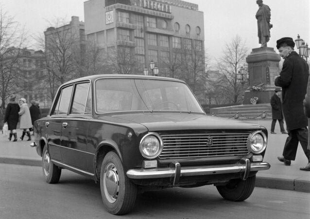Un Lada zhiguli en las calles de Moscú el octubre de 1970