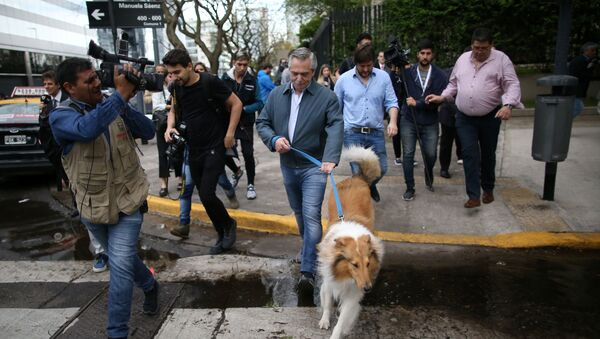 Alberto Fernández y su perro Dylan - Sputnik Mundo