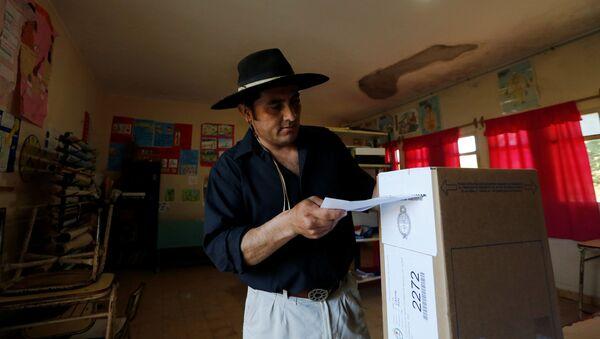 Un hombre vota en las elecciones generales en Argentina - Sputnik Mundo