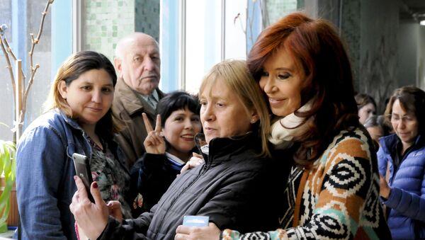 Cristina Fernández de Kirchner posa para una foto con una votante - Sputnik Mundo