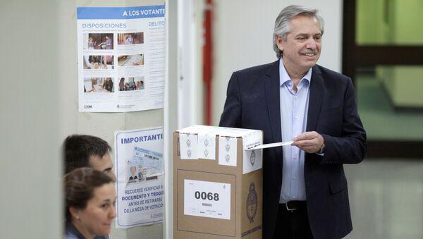 El candidato argentino Alberto Fernández votando en las elecciones argentinas - Sputnik Mundo