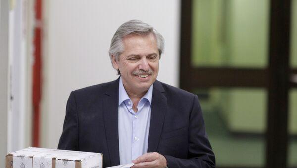 El candidato Alberto Fernández vota en las elecciones argentinas - Sputnik Mundo
