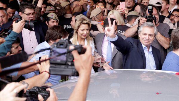 Alberto Fernández celebrando luego de votar - Sputnik Mundo