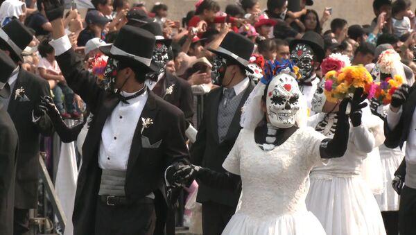 Esqueletos y demonios invaden las calles de Ciudad de México - Sputnik Mundo