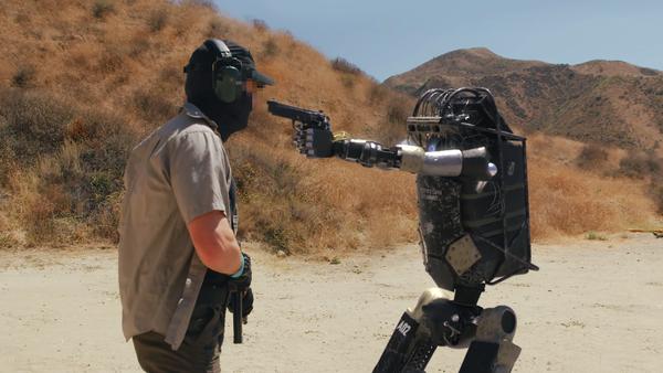 Un cortometraje viral muestra la rebelión de un robot militar - Sputnik Mundo