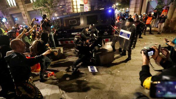 Enfrentamientos entre los manifestantes y la Plocía de Barcelona - Sputnik Mundo