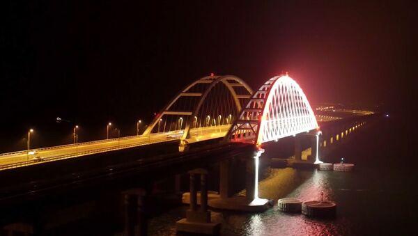 El puente de Crimea se ilumina con cientos de luces - Sputnik Mundo