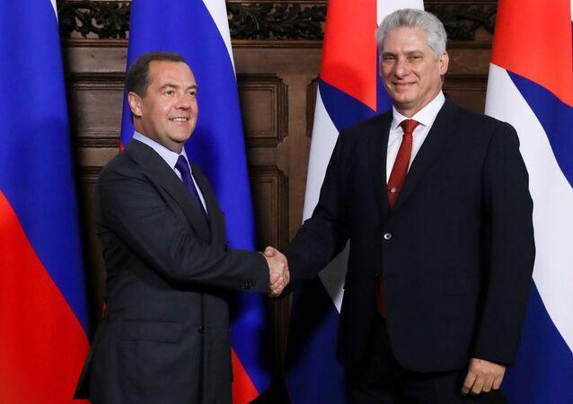 El primer ministro de Rusia, Dmitri Medvédev, y el presidente cubano, Miguel Díaz-Canel Bermúdez