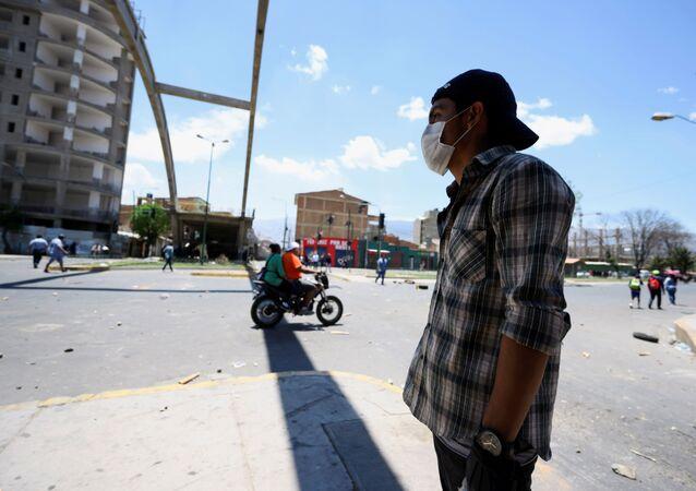 Un manifestante en una calle cortada de la ciudad de Cochabamba
