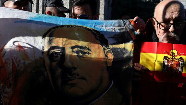 Manifestantes con una imagen de Francisco Franco y bandera de España - Sputnik Mundo