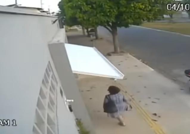 Una despistada señora termina atrapada en un garaje ajeno por accidente