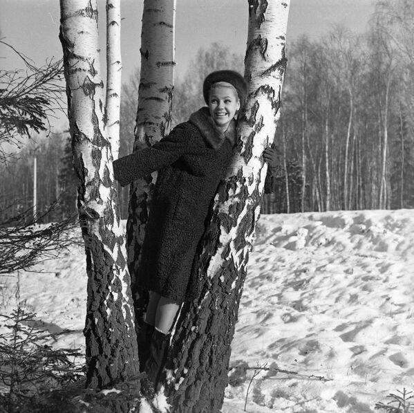 Gorras, bufandas y cuellos de piel: las prendas de las mujeres soviéticas para afrontar el invierno  - Sputnik Mundo