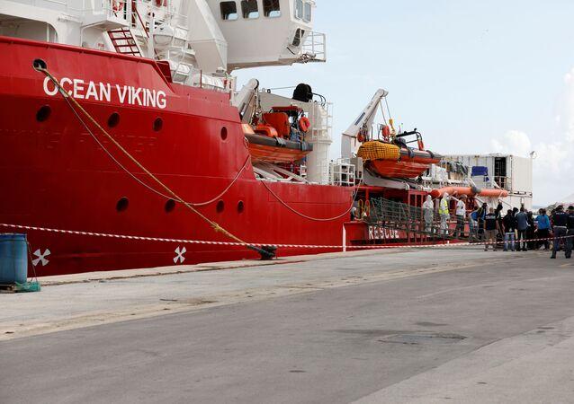El barco Ocean Viking desembarca a migrantes en el puerto italiano de Pozzallo
