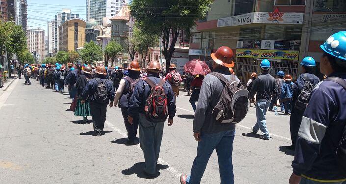 Miles de manifestantes bajaron de la ciudad de El Alto a La Paz para respaldar a Evo Morales