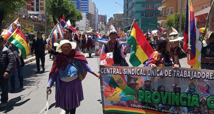 Manifestantes por las calles de La Paz en respaldo a Evo Morales