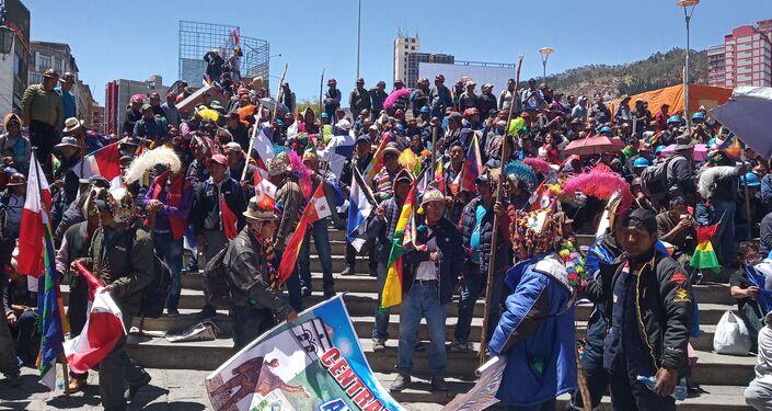 Manifestantes denuncian el intento de golpe de Estado que, afirman, debe frenarse desde las calles
