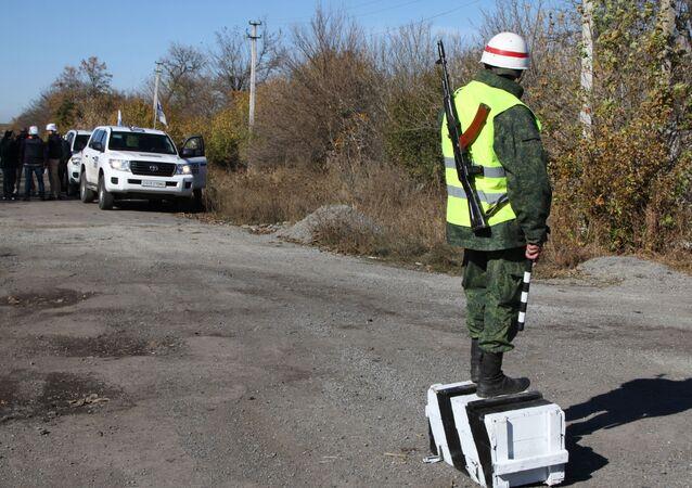 Observadores de la OSCE en la localidad de Petróvskoe en Donbás, Ucrania