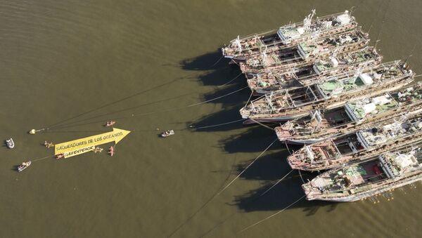 Campaña de Greenpeace contra los buques pesqueros surcoreanos en el puerto de Montevideo - Sputnik Mundo