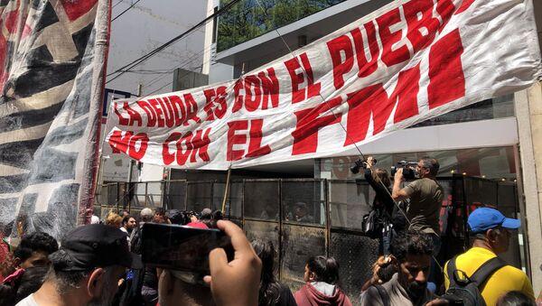 Argentinos protestan frente a la sede del FMI en Buenos Aires - Sputnik Mundo
