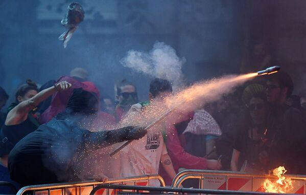 Disturbios, Halloween y una potente erupción volcánica: así son las mejores fotos de la semana  - Sputnik Mundo
